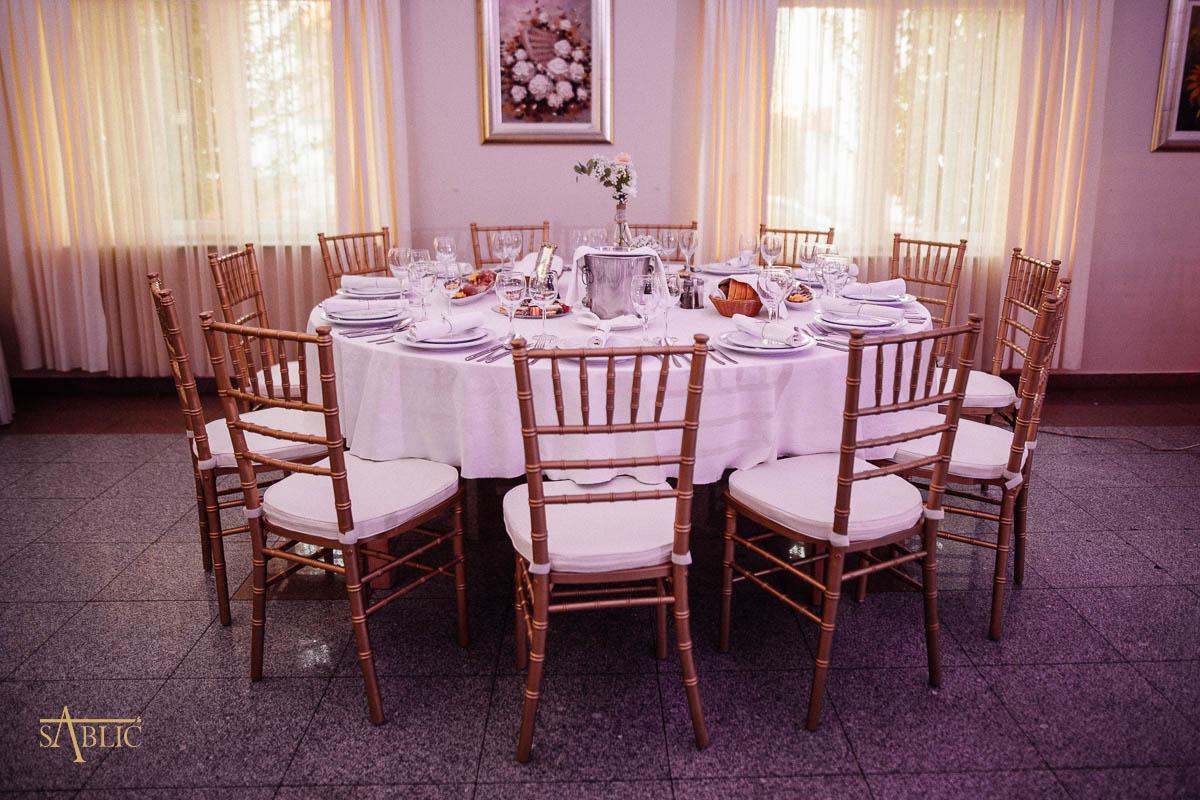 Najam stolica Tiffany Chiavari za stolom